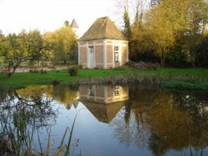 Le plan d'eau du Manoir auprès d'un des deux pavillons qui marquaient l'entrée