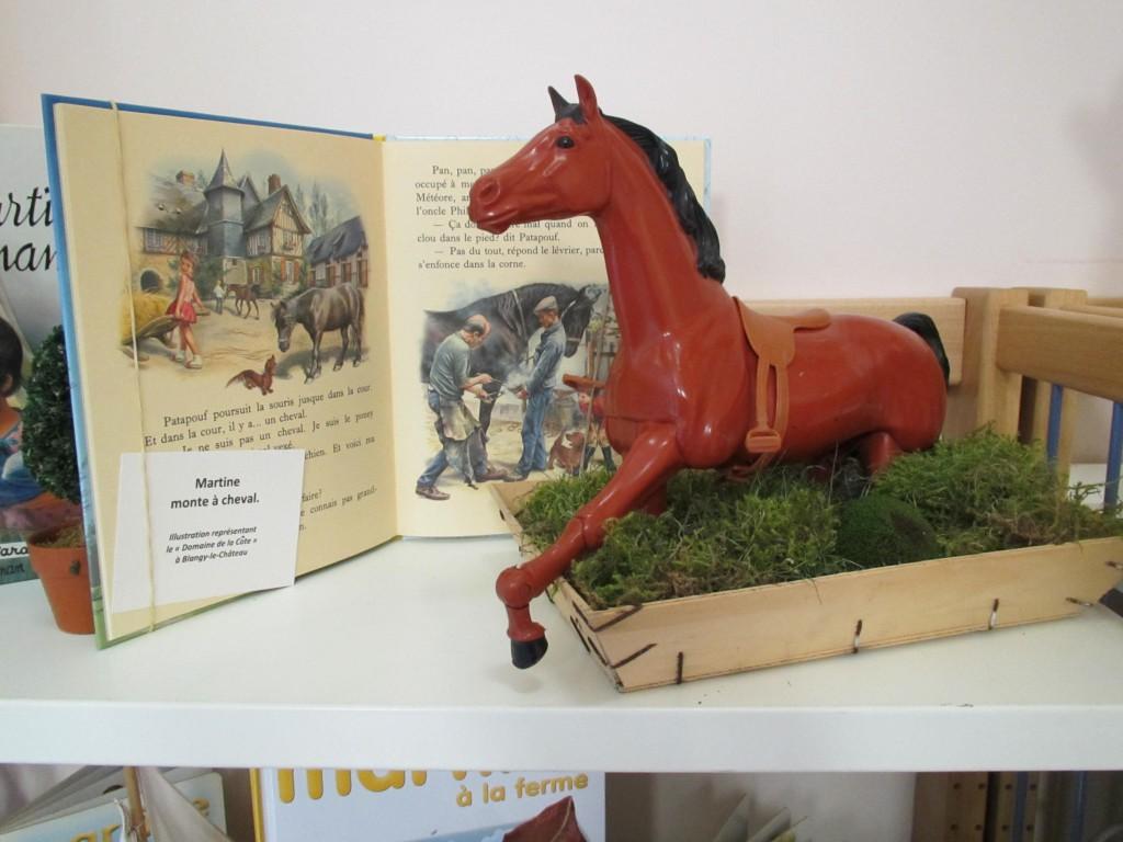 Photo du le livre « Martine monte à cheval» pour lequel Marcel Marlier a pris pour modèle la maison de Colette Pivert, bénévole à la bibliothèque de Blangy