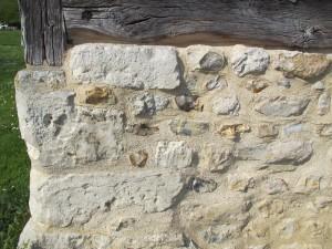 Pierre blanche et silex du soubassement d'une maison de Blangy le Château