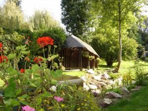 """Le lavoir de Blangy le Château, fait honneur au label """"2 fleurs"""" du village"""