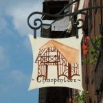 Enseigne du charpentier à la mode d'antan à Blangy le Château
