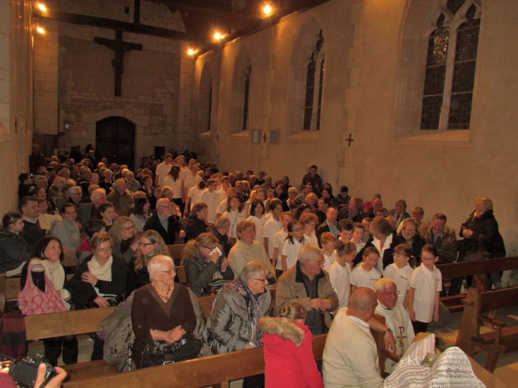 Les enfants de la chorale  Airs du temps au milieu du public dans l'église de Blangy le Château