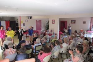 Les résidents et les membres du CCAS attentifs au spectacle des Déréseaunables  (« Alexandrie » de Claude François)